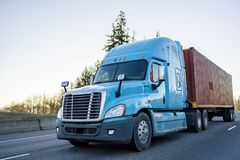 Μεγάλο μεγάλης απόστασης ημι φορτηγό εγκαταστάσεων γεώτρησης που μεταφέρει το εμπορευματοκιβώτιο στην εθνική οδό στοκ φωτογραφία με δικαίωμα ελεύθερης χρήσης