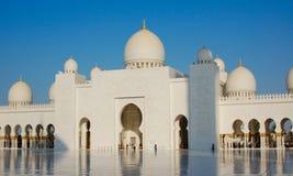 Μεγάλο μουσουλμανικό τέμενος στο Αμπού Ντάμπι στον ήλιο στοκ φωτογραφίες