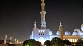 Μεγάλο μουσουλμανικό τέμενος στο μιναρές πυργίσκων του Αμπού Ντάμπι στοκ φωτογραφίες με δικαίωμα ελεύθερης χρήσης