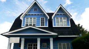 Μεγάλο μπλε ξύλινο σπίτι στο χωριό στοκ φωτογραφία με δικαίωμα ελεύθερης χρήσης
