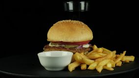 Μεγάλο νόστιμο burger με το κοτόπουλο, την κόλα και την πατάτα τηγανητών απόθεμα βίντεο