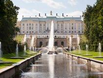 Μεγάλο παλάτι και μεγάλος καταρράκτης σε Peterhof στοκ εικόνες