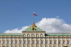 Μεγάλο παλάτι του Κρεμλίνου στη Μόσχα τον Ιούλιο Ανώτερο μέρος του κτηρίου στοκ εικόνα με δικαίωμα ελεύθερης χρήσης