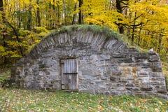 Μεγάλο παλαιό κελάρι ρίζας πετρών με την εύρωστη ξύλινη πόρτα σε Chemin βασιλικό το φθινόπωρο στοκ εικόνες με δικαίωμα ελεύθερης χρήσης