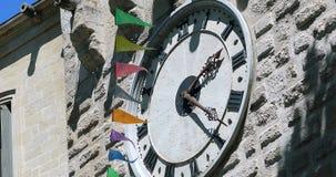 Μεγάλο παλαιό ρολόι στον τοίχο απόθεμα βίντεο