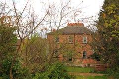 Μεγάλο παλαιό σπίτι στα ξύλα στοκ εικόνες