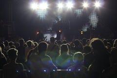 Μεγάλο πλήθος σε μια συναυλία βράχου Στοκ Φωτογραφίες