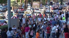Μεγάλο πλήθος των ανθρώπων που περπατούν πέρα από το Las Vegas Strip - ΗΠΑ 2017 απόθεμα βίντεο
