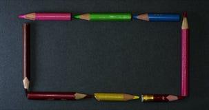 Μεγάλο πλαίσιο μολυβιών χρώματος στο σκοτεινό υπόβαθρο απόθεμα βίντεο