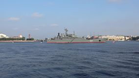 Μεγάλο προσγειωμένος σκάφος ` Μινσκ ` στα νερά του Neva Πετρούπολη Άγιος φιλμ μικρού μήκους