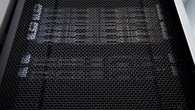 Μεγάλο ράφι κεντρικών υπολογιστών HDD Πολλοί σκληροί δίσκοι στο δωμάτιο του κέντρου δεδομένων φιλμ μικρού μήκους