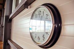 Μεγάλο ρολόι γραφείων στον άσπρο τοίχο Στοκ εικόνες με δικαίωμα ελεύθερης χρήσης