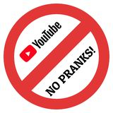 Μεγάλο σημάδι περιορισμού με το λογότυπο Youtube και καμία επιγραφή φαρσών στοκ εικόνες με δικαίωμα ελεύθερης χρήσης