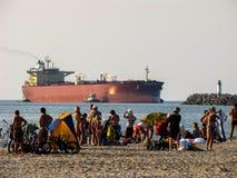 Μεγάλο σκάφος βυτιοφόρων κοντά στην παραλία στοκ εικόνες