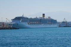 Μεγάλο σκάφος της γραμμής κρουαζιέρας multideck στο λιμένα Ηρακλείου στο νησί της Κρήτης στοκ εικόνες