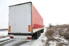 Μεγάλο σύγχρονο φορτηγό στο δρόμο στοκ φωτογραφία