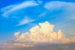 μεγάλο σύννεφο στο μπλε ουρανό για το backgorund Στοκ φωτογραφία με δικαίωμα ελεύθερης χρήσης