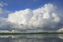μεγάλο σύννεφο χνουδωτό στοκ εικόνες