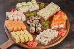 Μεγάλο σύνολο ιαπωνικών ρόλων maki σουσιών τροφίμων Στοκ Φωτογραφία