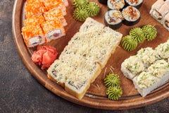 Μεγάλο σύνολο ιαπωνικών ρόλων maki σουσιών τροφίμων Στοκ Εικόνες