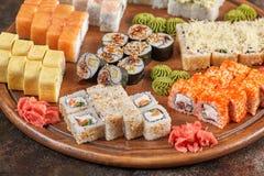 Μεγάλο σύνολο ιαπωνικών ρόλων maki σουσιών τροφίμων Στοκ φωτογραφίες με δικαίωμα ελεύθερης χρήσης