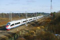 Μεγάλο τραίνο EVS2-02 ` Sapsan ` στο σιδηρόδρομο Οκτωβρίου Στοκ Εικόνες