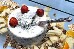 Μεγάλο τυρί με τη φόρμα με το μαχαίρι μέσα στοκ εικόνα με δικαίωμα ελεύθερης χρήσης