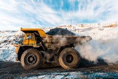 Μεγάλο φορτηγό απορρίψεων λατομείων Φόρτωση του βράχου στον εκφορτωτή Άνθρακας φόρτωσης στο φορτηγό σωμάτων Χρήσιμα μεταλλεύματα  Στοκ Εικόνα