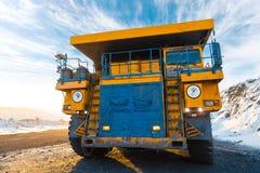 Μεγάλο φορτηγό απορρίψεων λατομείων Φόρτωση του βράχου στον εκφορτωτή Άνθρακας φόρτωσης στο φορτηγό σωμάτων Χρήσιμα μεταλλεύματα  Στοκ εικόνα με δικαίωμα ελεύθερης χρήσης