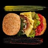 Μεγάλο φρέσκο burger με τη σάλτσα στο μαύρο πιάτο στο ξύλινο υπόβαθρο Στοκ εικόνα με δικαίωμα ελεύθερης χρήσης