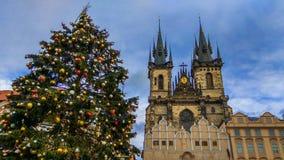 Μεγάλο χριστουγεννιάτικο δέντρο μπροστά από την εκκλησία της κυρίας μας πριν από Tyn στην παλαιά πλατεία της πόλης της Πράγας, Βο στοκ εικόνες