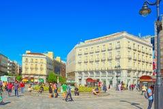 Μεγάλο όμορφο Square Puerta Del Sol στη Μαδρίτη, με τους τουρίστες και Στοκ Φωτογραφία