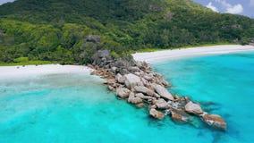 Μεγάλο Anse και λεπτοκαμωμένο νησί Λα Digue παραλιών Anse, Σεϋχέλλες Εναέρια πτήση κύκλων κηφήνων πέρα από το τυρκουάζ κρύσταλλο  φιλμ μικρού μήκους