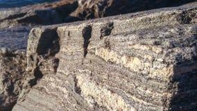 Μεγάλο bolder του ιζηματώδους βράχου από το νερό στοκ εικόνες