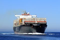 Μεγάλο Msc ΑΜΠΙΤΖΆΝ σκαφών εμπορευματοκιβωτίων που πλέει στα ανοικτά νερά Στοκ Εικόνα