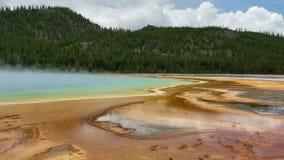 Μεγάλο prismatic ελατήριο πάρκων Yellowstone εθνικό ενάντια ανασκόπησης μπλε σύννεφων πεδίων άσπρο σε wispy ουρανού φύσης χλόης π απόθεμα βίντεο