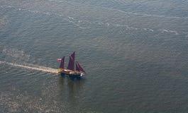 Μεγάλο sailboat πηγαίνει στη θάλασσα κάτω από το πανί επάνω από την όψη Στοκ εικόνα με δικαίωμα ελεύθερης χρήσης