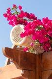 Μεγάφωνο που κρύβεται υπαίθριο μεταξύ των λουλουδιών στοκ εικόνα