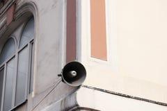 Μεγάφωνο στο κτήριο Ενημέρωση και επικοινωνία στοκ εικόνες