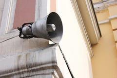 Μεγάφωνο στο κτήριο Ενημέρωση και επικοινωνία στοκ εικόνα με δικαίωμα ελεύθερης χρήσης