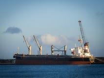 Μεγάλα αγαθά εκφόρτωσης φορτηγών πλοίων Στοκ εικόνες με δικαίωμα ελεύθερης χρήσης