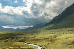 μεγάλα βουνά βουνών τοπίων Κοιλάδα ποταμών Aragvi Στοκ Φωτογραφίες