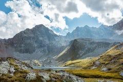 μεγάλα βουνά βουνών τοπίων Πέρασμα Uchkulan λίμνη ορεινών περιοχών Στοκ Φωτογραφία
