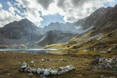 μεγάλα βουνά βουνών τοπίων Πέρασμα Uchkulan λίμνη ορεινών περιοχών Στοκ φωτογραφία με δικαίωμα ελεύθερης χρήσης