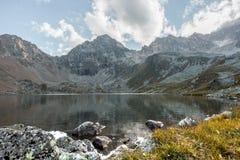 μεγάλα βουνά βουνών τοπίων Πέρασμα Uchkulan λίμνη ορεινών περιοχών Στοκ εικόνα με δικαίωμα ελεύθερης χρήσης