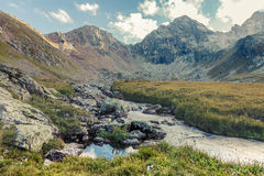 μεγάλα βουνά βουνών τοπίων Πέρασμα Uchkulan Στοκ φωτογραφία με δικαίωμα ελεύθερης χρήσης