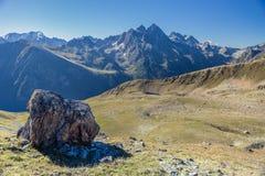 μεγάλα βουνά βουνών τοπίων Πέρασμα Uchkulan Στοκ Εικόνα