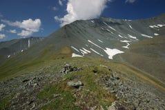μεγάλα βουνά βουνών τοπίων Χάιλαντς, οι αιχμές βουνών, τα φαράγγια και οι κοιλάδες Οι πέτρες στις κλίσεις Στοκ φωτογραφία με δικαίωμα ελεύθερης χρήσης