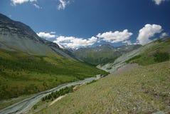 μεγάλα βουνά βουνών τοπίων Χάιλαντς, οι αιχμές βουνών, τα φαράγγια και οι κοιλάδες Οι πέτρες στις κλίσεις Στοκ Φωτογραφίες