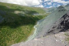 μεγάλα βουνά βουνών τοπίων Χάιλαντς, οι αιχμές βουνών, τα φαράγγια και οι κοιλάδες Οι πέτρες στις κλίσεις Στοκ Φωτογραφία